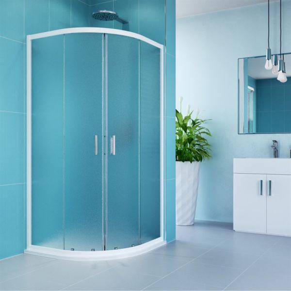 Koupelna se sprchovým koutem s vaničkou.