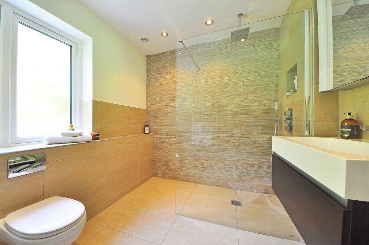 Koupelna se sprchovým koutem s odtokovým žlabem.